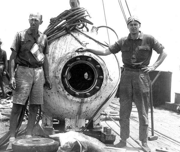 Otis Barton descend sous l'eau avec sa bathysphère. La bathysphère d'Otis Barton a été l'un des premiers submersibles à avoir été mis au point. © U.S Federal Government, Domaine public, Wikimedia Commons