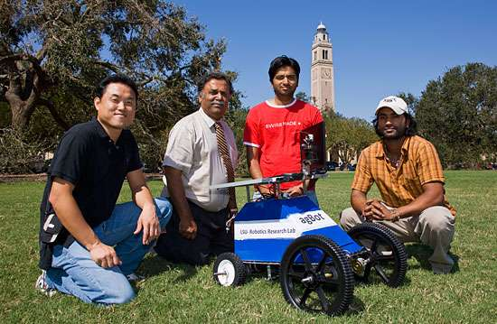 De gauche à droite, Jong Hoon Kim, S.S. Iyengar, Bharat Narahari et Suman Kumar entourent leur création, le prototype AgBot. © Louisiana State University