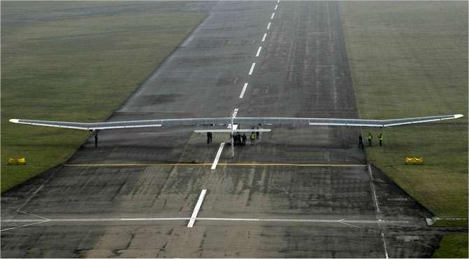 L'avion solaire de Solar Impulse, immatriculé HB-SIA, sur le seuil de piste à Payerne, pour l'un de ses vols d'essai. © Solar Impulse