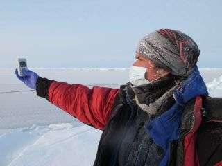 Alan Le Tressoler, un compteur Geiger à la main, mesure la radioactivité de l'air ambiant. C'est l'une des missions de l'expédition Pôle Nord 2012. © Pôle Nord 2012
