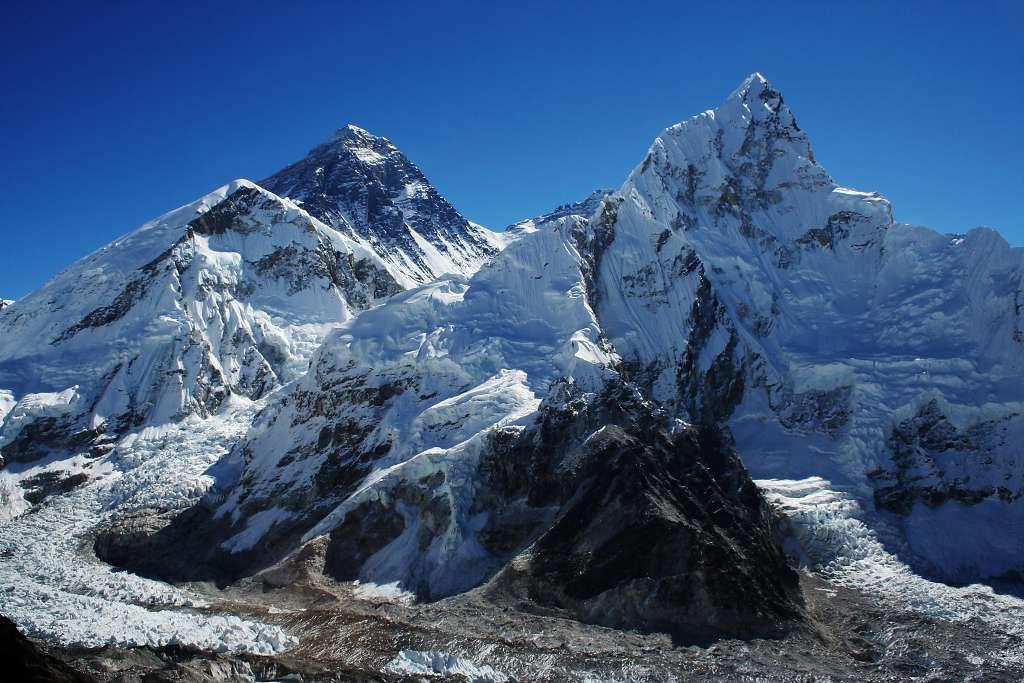 Une nouvelle étude révèle une diminution de la neige et de la glace sur le mont Everest (au fond, ici vu de Kala Patthar, avec le Lhotse, à droite, et le Nuptse, à gauche) ainsi que dans tout le parc national qui l'entoure. © Pavel Novak