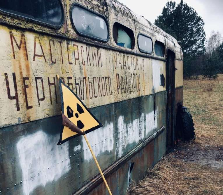 Un bus abandonné dans la zone d'exclusion de Tchernobyl. © Tom Scott, University of Bristol