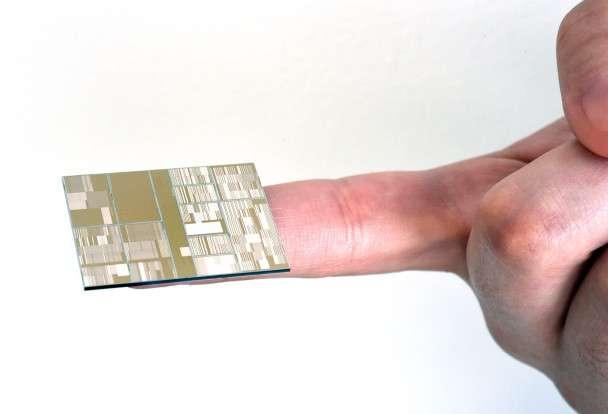 Voici le processeur gravé à 7 nanomètres qu'IBM a conçu avec ses partenaires (université d'État de New York, Samsung et GlobalFoundries). Une telle puce pourrait contenir jusqu'à 20 milliards de transistors et offrir une puissance 50 % supérieure à celle des processeurs actuels gravés en 10 nm. © IBM Research
