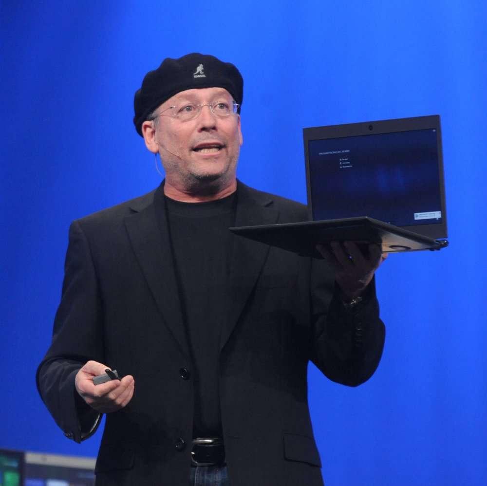 Mooly Eden, l'homme au béret, responsable de la division client PC, explique que l'avenir du PC est dans le portable ultraléger et doté d'un appétit très faible. © Intel