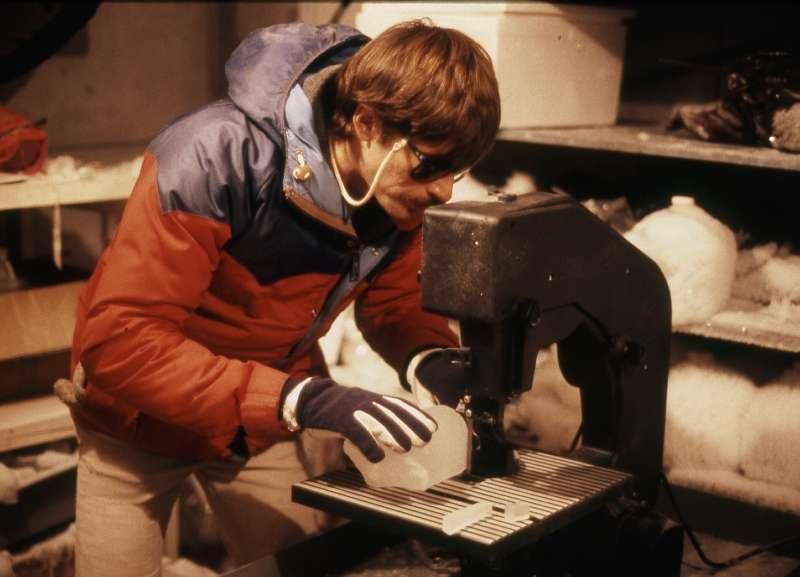 Todd Sowers, océanographe, découpe une tranche de carotte de glace. © Todd Sowers/Penn State
