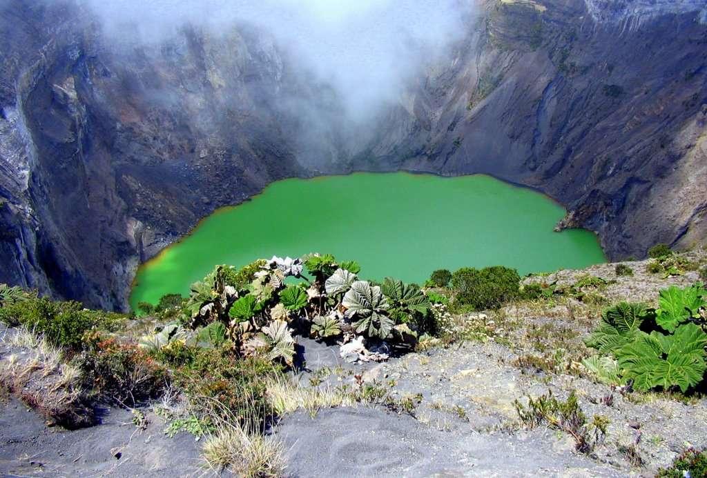 Les parois d'un cratère volcanique sont souvent abruptes. Lorsque le volcan est éteint, la cavité peut se remplir d'eau et ainsi abriter un lac. © juank.madrigal, Flickr, cc by nc 2.0
