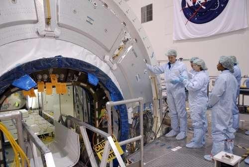 Bactéries (mal visibles sur la photo) s'apprêtant à embarquer dans le module Harmony, qui sera transporté en octobre 2007 par la mission STS-120 vers la station spatiale internationale. © NASA/Kim Shifflet
