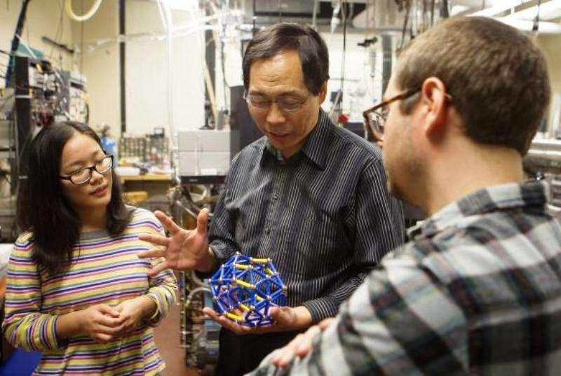 Lai-Sheng Wang (au centre) et les étudiants Wei-Li Li (à gauche) et Zachary Piazza (à droite) en pleine discussion sur la molécule de borosphèrène. © Brown University