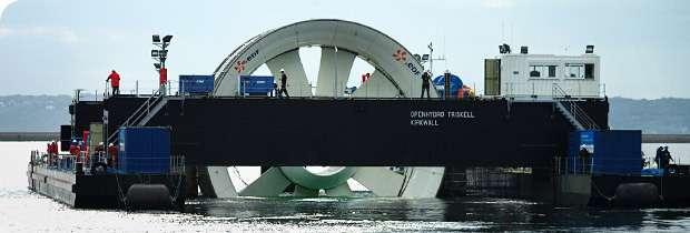 La première hydrolienne française sortant du port de Brest, sur la barge catamaran spécialement conçue pour elle. © EDF