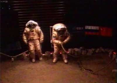 Diego Urbina et Alexandre Smoleevski lors de leur première sortie sur le sol martien simulé à Moscou. © Esa