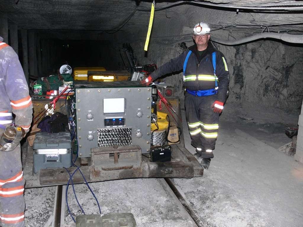 L'ingénieur Dave LeVan à côté du MagneLink Magnetic Communication System (MCS). Crédit : Lockheed Martin