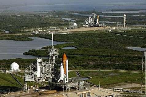 La navette Atlantis sur son site de lancement, alors que la mission (STS-125) était encore programmée. A l'arrière-plan, Discovery est aussi prête à intervenir en cas de problème en orbite, la différence d'orbite excluant tout repli vers la Station Spatiale Internationale. Crédit Nasa