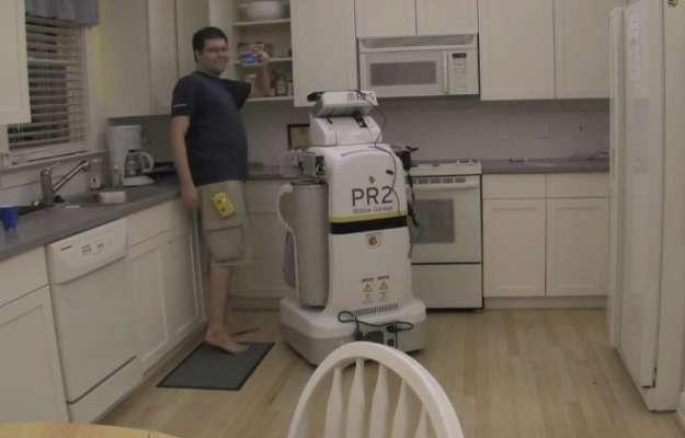 Le robot PR2 utilisé par les chercheurs du Georgia Tech a trouvé avec succès la boîte de médicaments rangée dans un placard de la cuisine en se guidant grâce au signal de l'étiquette RFID placée sur la boîte. Ce type de marquage électronique permet une identification unique des objets de telle sorte que le robot ne peut pas se tromper. © Georgia Tech, YouTube
