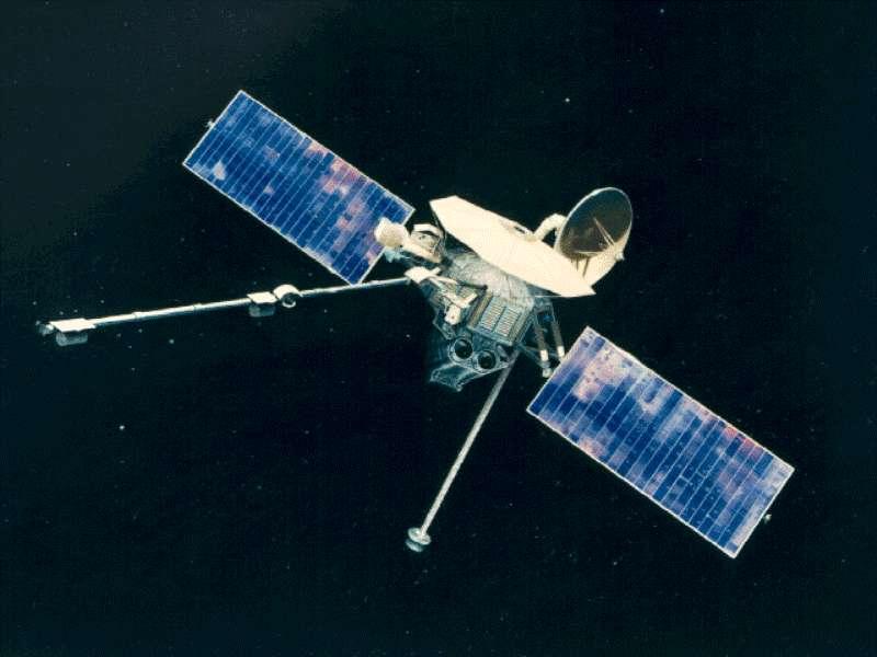 La sonde Mariner 10 a marqué son temps de trois façons. Elle a été la première à visiter Mercure, à utiliser l'assistance gravitationnelle pour entreprendre un voyage interplanétaire et à utiliser le principe de la voile solaire. Le système de contrôle d'attitude ayant subi une défaillance, les ingénieurs eurent l'idée d'utiliser la pression des photons sur les panneaux solaires pour maintenir l'orientation de la sonde. © Nasa