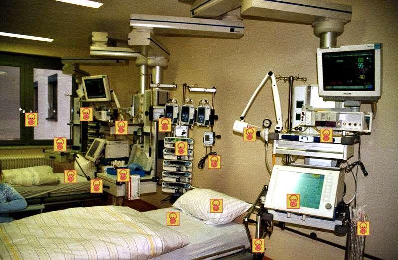 Dans un établissement de soin, les sources potentielles de contamination, et donc d'infections nosocomiales, sont nombreuses. Ici celles d'un bloc opératoire. Par ailleurs, les patients sont dans un état d'affaiblissement et présentent souvent une plaie opératoire. © Intermedichbo CC by-nc-sa 2.0