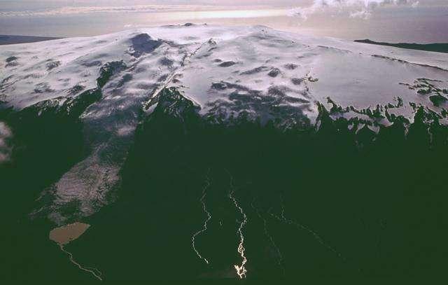 Le volcan Eyjafjöll est un volcan actif d'Islande. Début 2010, une augmentation de l'activité sismique dans la région qui entoure le volcan, au voisinage du glacier Eyjafjallajökull, présageait une possible éruption. Elle s'est effectivement produite peu avant minuit, le 20 mars 2010. La précédente éruption connue s'est déroulée du 19 décembre 1821 au 1er janvier 1823. © Global Volcanism Program