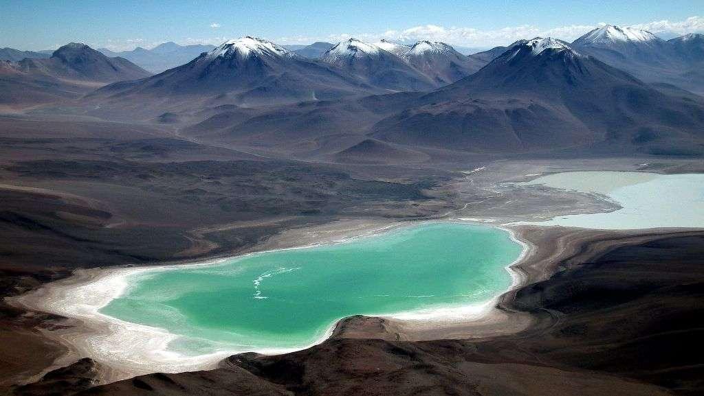 Le Licancabur se trouve au sud-ouest de la laguna Verde, ici au premier plan, et qui borde la Laguna Blanca au second plan. Il domine le paysage du salar d'Atacama. Les exobiologistes considèrent que cette région pourrait ressembler à des environnements que Mars a connus il y a des milliards d'années. © Albert Backer CC BY-SA 3.0