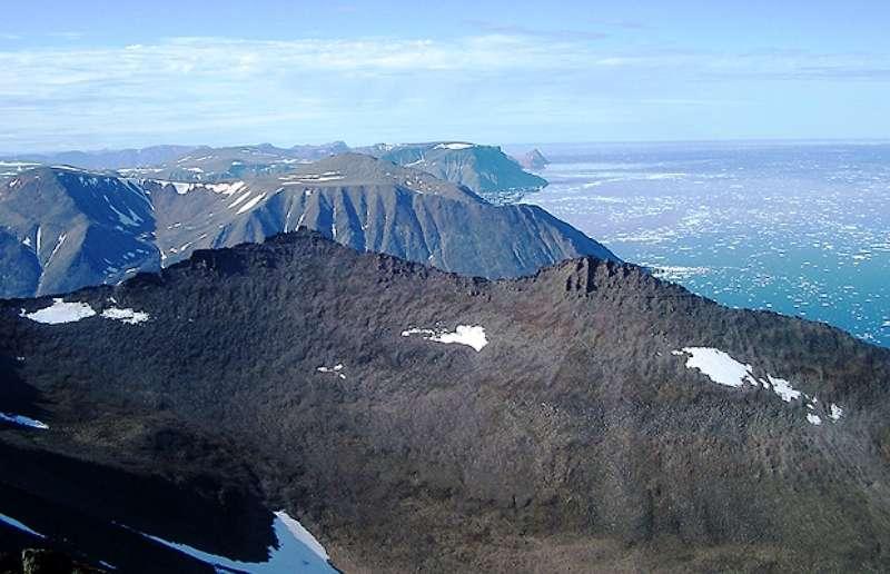 La côte de l'île de Baffin dans l'Arctique canadien. Des reliques de la naissance de la Terre, âgées d'environ 4,5 milliards d'années, sont apparus dans les roches ignées trouvées au large des côtes balayées par le vent à l'est de l'île de Baffin. Crédit : Don Francis, Université McGill