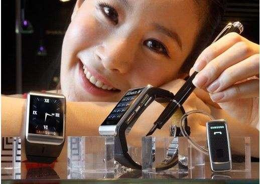 En 2009, Samsung lançait une montre-téléphone équipée d'un écran tactile 1,7 pouce. Dotée d'une connexion cellulaire GPRS, elle permettait de passer des appels et de consulter le courrier électronique via Outlook. Elle était vendue 450 euros. © Samsung