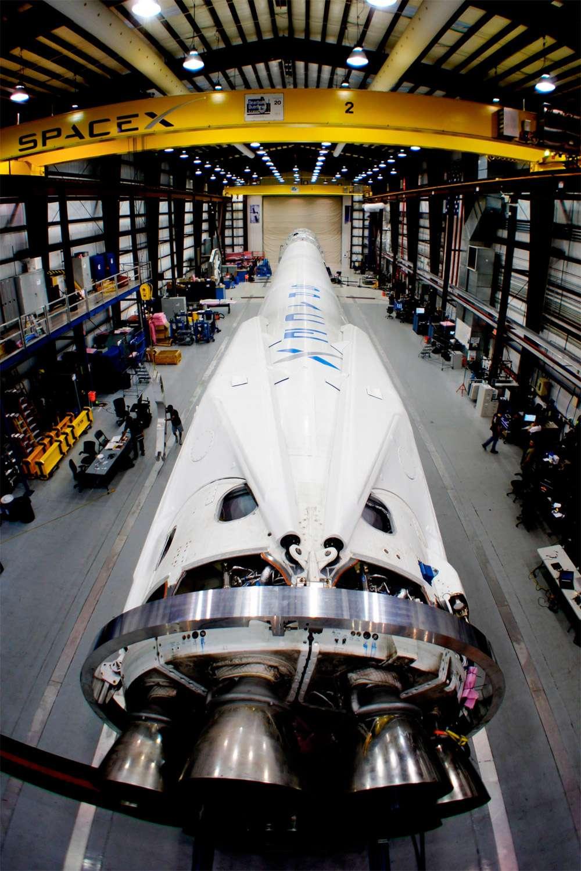 Le lanceur Falcon 9 avec au premier plan les neuf moteurs Merlin 1D du premier étage dans une configuration appelée Octaweb (avec huit moteurs en cercle plus un au milieu). © SpaceX