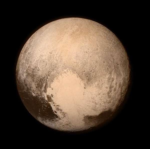 Le cœur de Pluton... Vue composite réalisée avec une image du télescope Lorri (pour les détails) et une autre fournie par l'instrument Ralph/MVIC (pour les couleurs), prises le 13 juillet 2015, à 768.000 km. On note cette surface claire, faite de glaces (azote, méthane, monoxyde de carbone...). C'est elle que New Horizons aura survolé ce 14 juillet 2015. On distingue aussi une région sombre, à gauche, appelée « la baleine ». Ce que l'on peut déjà retenir de cette image, c'est la complexité de la géologie de Pluton, avec son relief, ses glaces et ses roches. Mais aussi sa très probable activité météorologique, même si son atmosphère est très peu dense, avec des glaces qui se condensent ou se subliment. Des traces d'impacts pourront aussi raconter un peu de son histoire. © Nasa / JHUAPL / SwRI