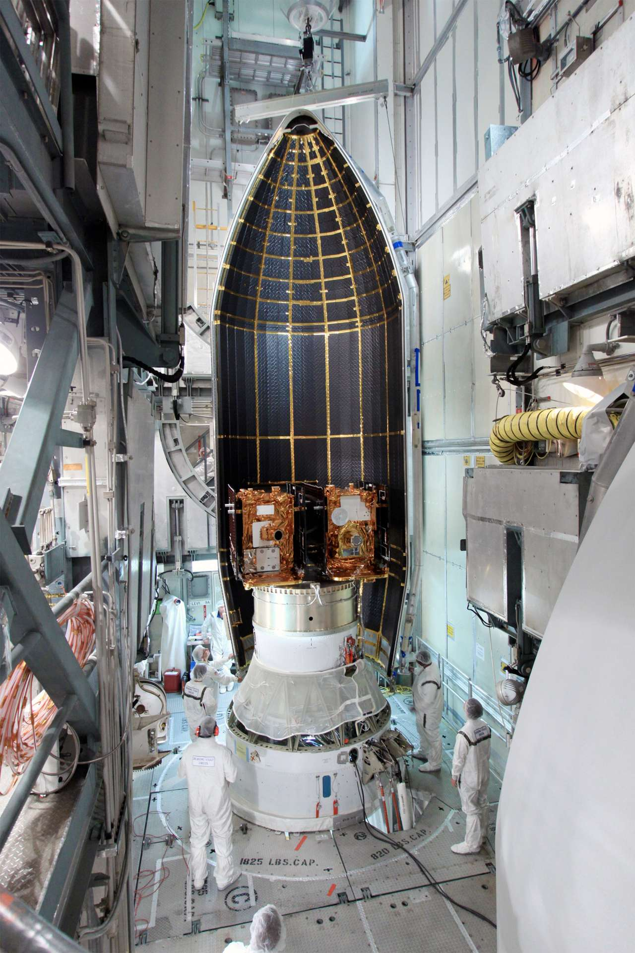 Construits par Lockheed Martin, ces deux satellites sont basés sur la plateforme du démonstrateur technologique XSS 11 de l'armée américaine. Ils vont fournir une carte du géoïde lunaire qui donnera une image de la Lune bien différente de celle qui éclaire nos nuits. © Cap Canaveral, Fla./Nasa
