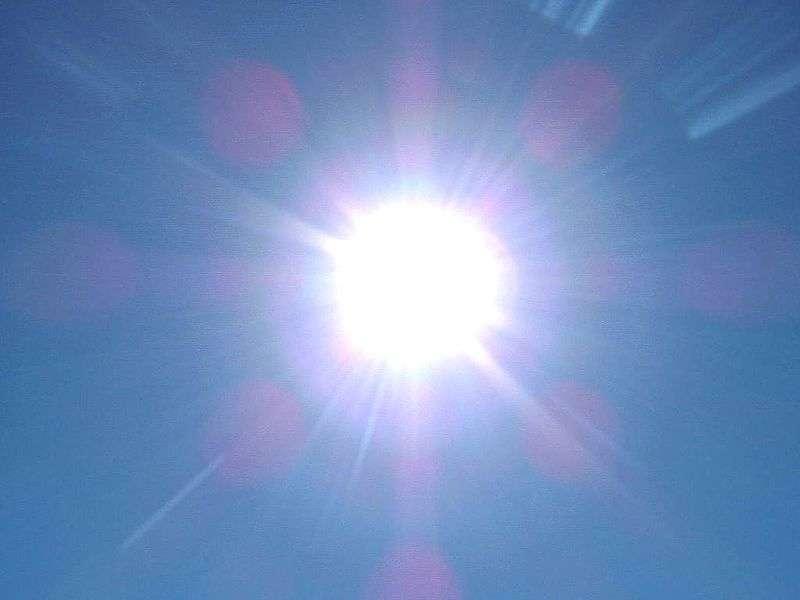 Le Soleil, à notre échelle de temps, envoie des rayons dotés d'une énergie stable tout au long de l'année, bien que celle qui parvient à la Terre varie en fonction de sa position sur son orbite et donc de sa distance au Soleil. En moyenne, la constante solaire est de 1.361 W/m2. © Ukendt dato, Wikipédia, cc by sa 3.0