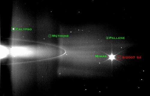 Le nouveau satellite de Saturne, dénommé provisoirement S/2007 S4, observé pour la première fois sur cette image prise le 30 Mai 2006 à une distance de 1,76 milllions de kilomètres de la planète. Crédit JPL.