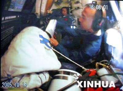 Fei Junlong et Nie Haisheng en activité dans la capsule de retour du vaisseau spatial habité Shenzhou VI