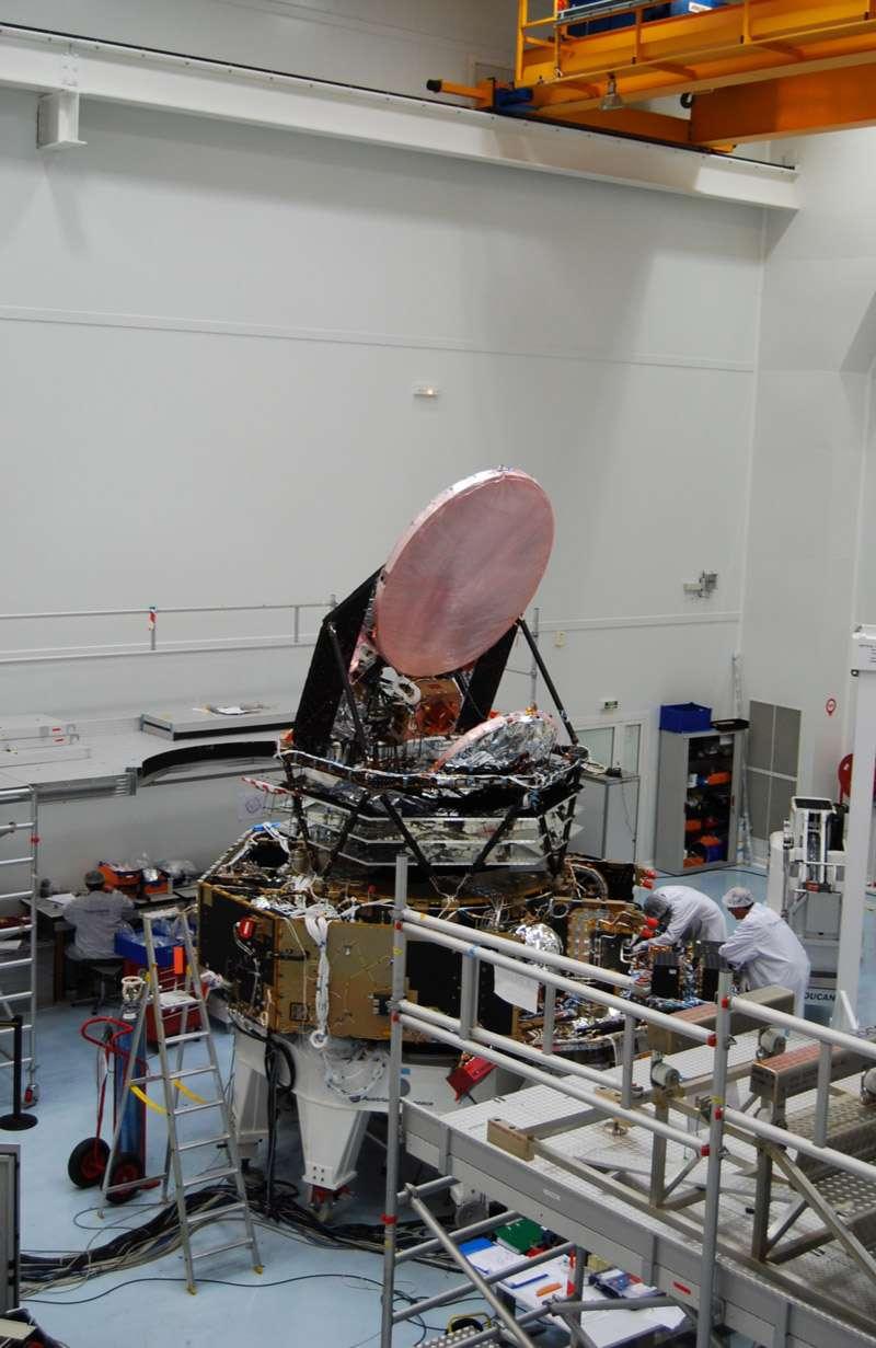 Le télescope Planck, ici en construction dans l'usine cannoise de Thales Alenia Space en septembre 2007. On aperçoit le miroir primaire ainsi que les trois écrans thermiques du système passif de refroidissement du satellite. © Rémy Decourt, Futura-Sciences