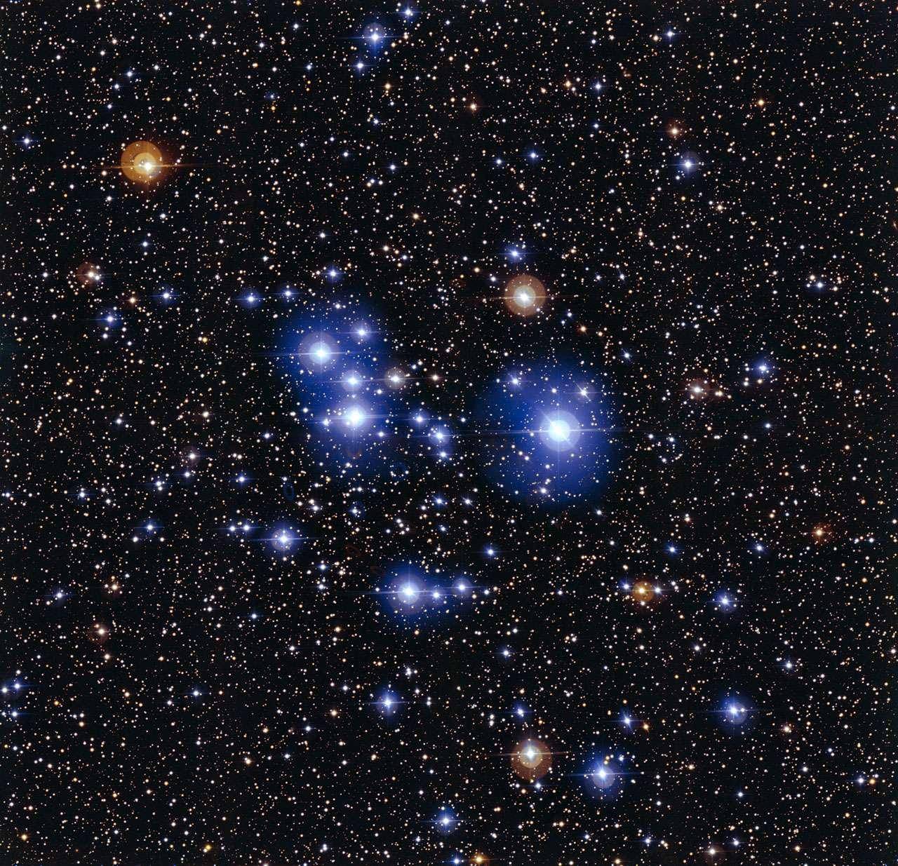 Messier 47 est l'un des amas ouverts les moins peuplés connus des astronomes. Il réunit une cinquantaine d'étoiles seulement dans un espace de quelque 12 années-lumière de diamètre. Situé à environ 1.600 années-lumière de la Terre, en direction de la constellation de la Poupe, au voisinage du Grand Chien et de la très brillante Sirius, l'essaim d'étoiles est observable dans le ciel d'hiver. © Eso