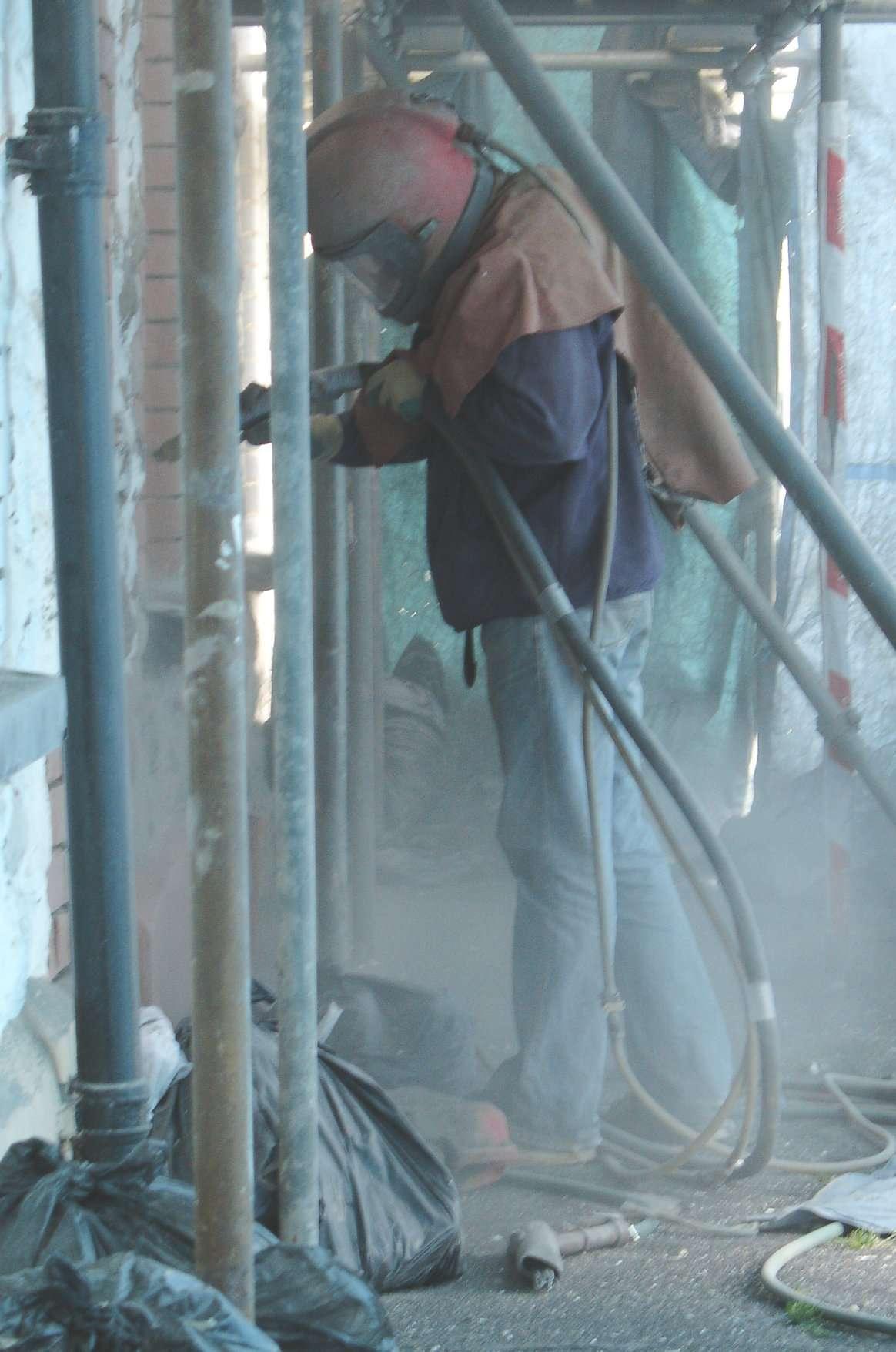 Le sablage est une technique agressive qui concerne les murs très encrassés. © Stan Zurek, Wikimedia Commons, CC BY-SA 3.0