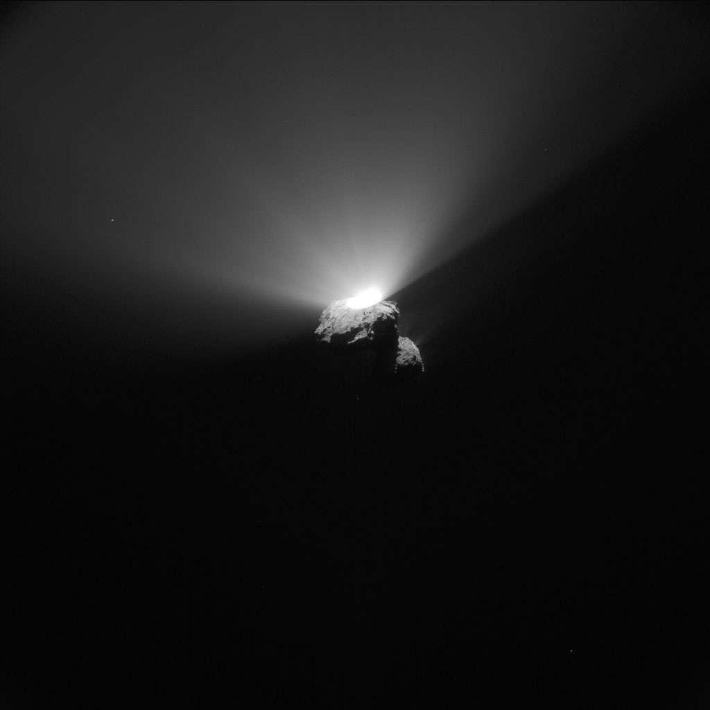 Cette éruption, ou jet de matière, est l'un des signes évidents de l'activité de Tchouri. Elle a été observée par la sonde Rosetta alors que le périhélie de la comète (son point le plus proche du Soleil) n'avait pas encore été atteint. © Esa, Rosetta, NavCam