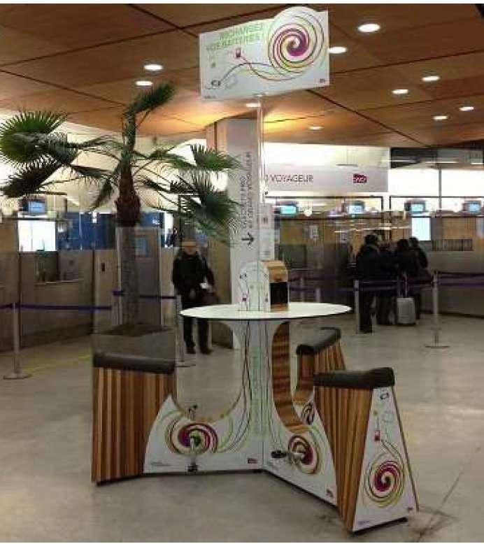 Le We-Bike, en test à la gare Montparnasse. Pour recharger un smartphone, il n'y a qu'à pédaler. C'est long, mais gratuit ! © SNCF