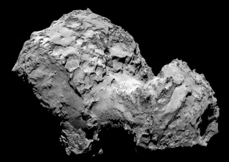 Parvenue à environ 100 km de la comète 67P/Churyumov-Gerasimenko, la sonde Rosetta a pris cette image le 6 août 2014. Elle montre un corps tourmenté, criblé de cratères parfois en nid d'abeilles. La surface, très irrégulière, est façonnée par les expulsions gazeuses produites par l'échauffement dû au Soleil. © Esa/Rosetta/MPS for Osiris Team/UPD/LAM/IAA/SSO/INTA/UPM/DASP/IDA