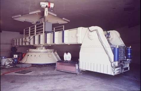 La centrifugeuse de l'UC Davis. En augmentant le poids apparent - les « g » -, elle permet d'étudier la résistance d'un modèle réduit placé à l'intérieur de la nacelle. Il n'en existe que quelques-unes dans le monde, dont une en France, au LCPC de Nantes.