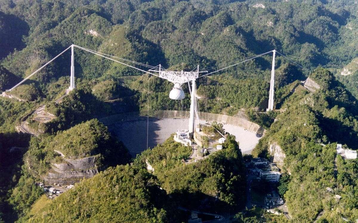 Le radiotélescope d'Arecibo, la plus grande antenne fixe du monde, a enregistré le signal radio du nouveau pulsar PSR J2007+2722 dont la détection a été faite par le réseau Einstein@Home. Crédit Arecibo Observatory
