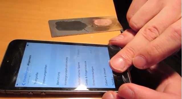 Sur cette capture issue de la vidéo de démonstration publiée par un hacker du Chaos Computer Club, la personne déverrouille le lecteur Touch ID de l'iPhone 5S en se servant d'une copie d'empreinte digitale réalisée en latex. © Starbug