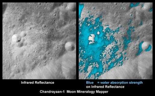 A gauche, une vue su sol lunaire en infrarouge. A droite, la même zone avec, en bleu, les minéraux riches en eau détectés par le Moon Mineralogy Mapper de la sonde Chandrayaan-1. Crédit : ISRO/NASA/JPL-Caltech/USGS/Brown Univ.