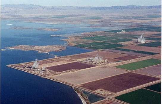 Plusieurs installations géothermiques exploitent la chaleur des profondeurs de la Terre le long du rivage sud-est de la mer de Salton. © Center for Land Use Interpretation