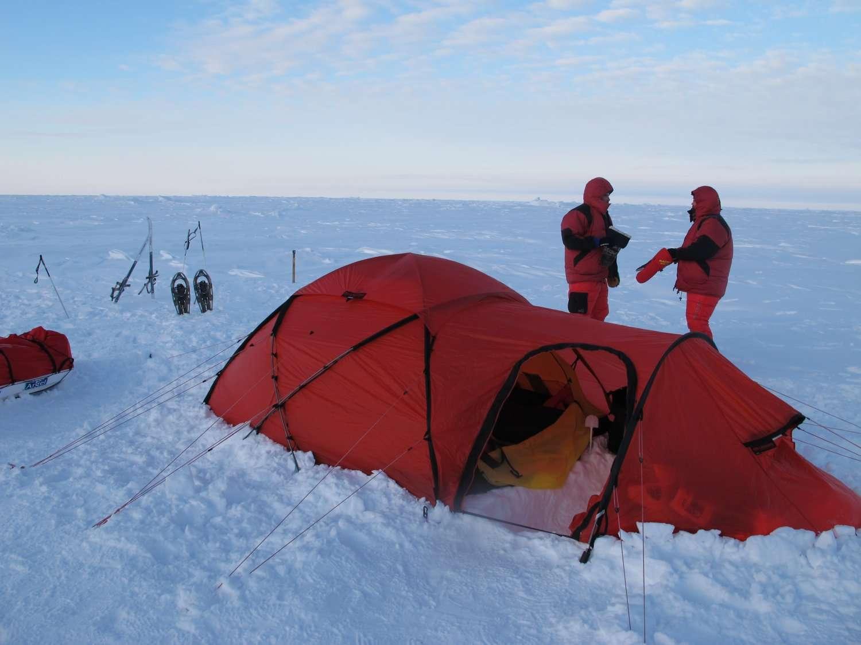 Le premier campement de l'expédition Pôle Nord 2012, installé au pôle Nord géographique. © Pôle Nord 2012