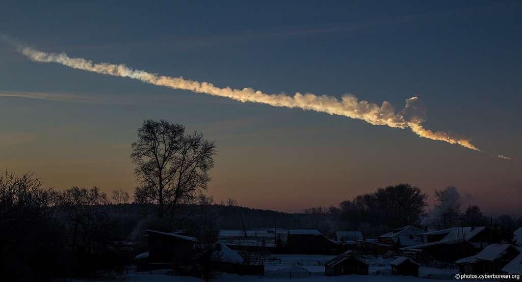 Le 15 février 2013 un astéroïde d'environ 20 m de diamètre (dont on voit ici la trace dans le ciel peu après son passage) s'est désintégré au-dessus de la ville russe de Tcheliabinsk, faisant des centaines de blessés et plusieurs millions d'euros de dégâts. L'Esa s'interroge sur les mesures à prendre pour faire face à de tels événements. © Alex Alishevskikh
