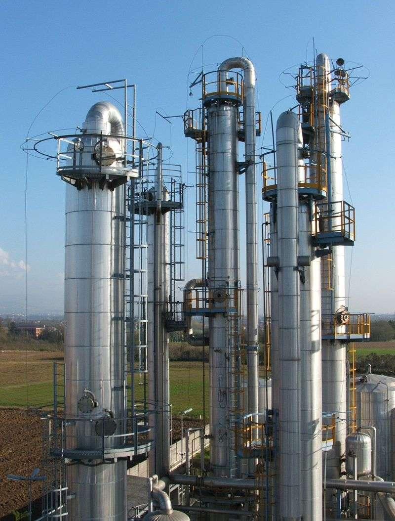 Colonnes industrielles de distillation du pétrole brut. © Luigi Chiesa, Wikipedia, CC by 3.0