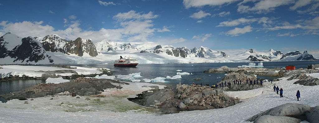 Étape d'une croisière en Antarctique. Plusieurs dizaines de milliers de touristes visitent le continent chaque année. © Cascoly, Wikimedia Commons, cc by sa 3.0