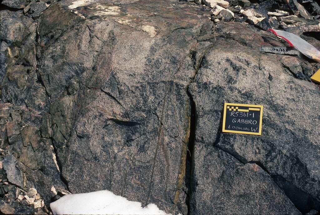 Des gabbros sont parfois visibles sur la terre ferme, par exemple sur le lieu d'une obduction, là où une lithosphère océanique est passée au-dessus d'une plaque continentale (ici sur le mont Eissenger, en Antarctique). Des gabbros affleurent également dans le massif du Chenaillet, dans les Alpes françaises. © euphro, Flickr, cc by sa 2.0