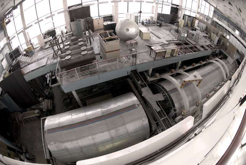 Le caisson d'isolement (avant plan), simulateur de vaisseau spatial dans lequel vivront trois mois, puis 520 jours, six volontaires. Crédit Esa