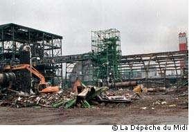 Le 21 septembre 2001 à 10 heures 17, un stock de nitrate d'ammonium entreposé dans l'usine chimique AZF (pour Azote Fertilisants), à quelques kilomètres du centre de Toulouse, explose. Les sismomètres enregistrent un séisme de magnitude 3,4. Trente personnes sont tuées et on relèvera 2.500 blessés. © La Dépêche du Midi