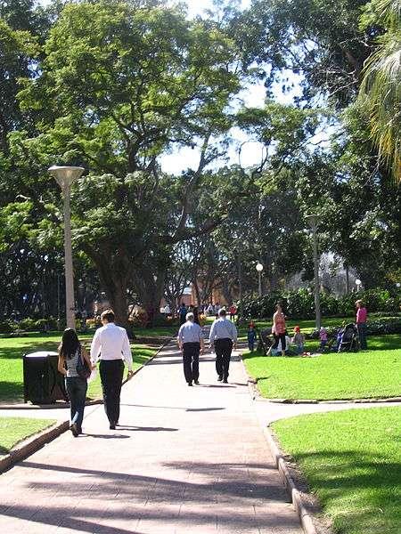 Marcher d'un bon rythme 20 minutes par jour limiterait les effets néfastes de la sédentarité. © Dcoetzee, Wikimedia Commons, DP