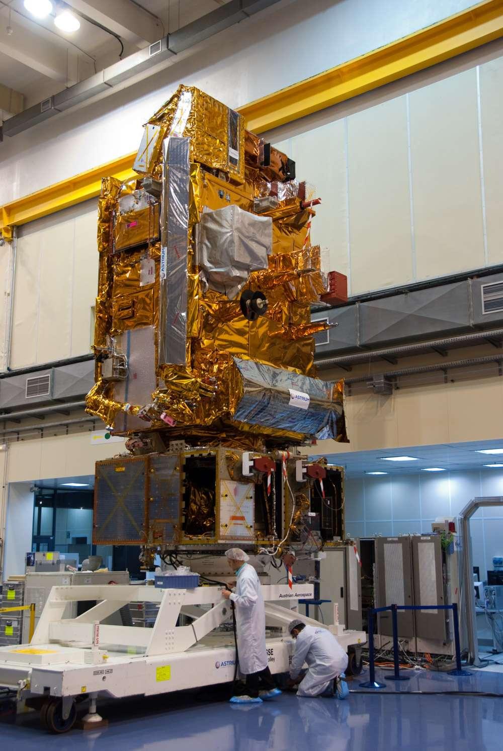 Le satellite Metop-B en phase finale d'intégration dans l'usine toulousaine d'Astrium (novembre 2011). © Remy Decourt