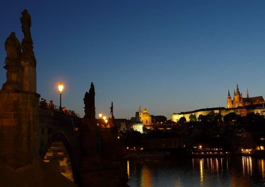 Le cadre terrestre est parfois aussi important que le phénomène céleste. Ici un coucher de la planète Vénus au bout du pont Charles à Prague. © J.-B. Feldmann
